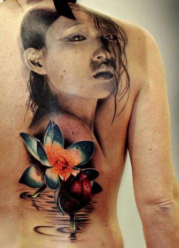 kwiaty i twarz tatuaże na plecach