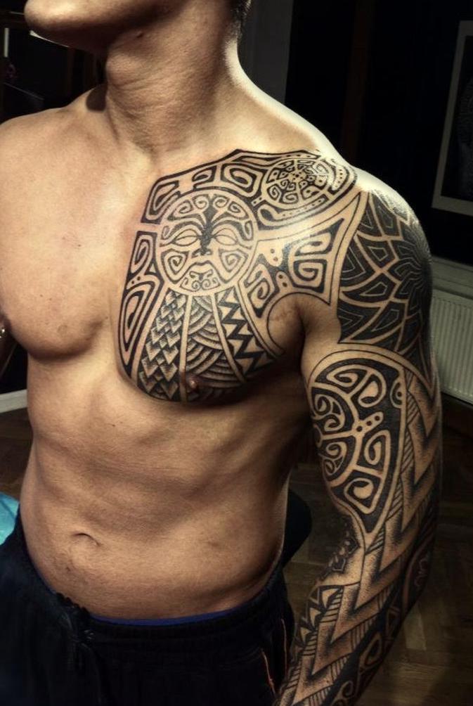 Plemienny Tatuaż Na Ramieniu