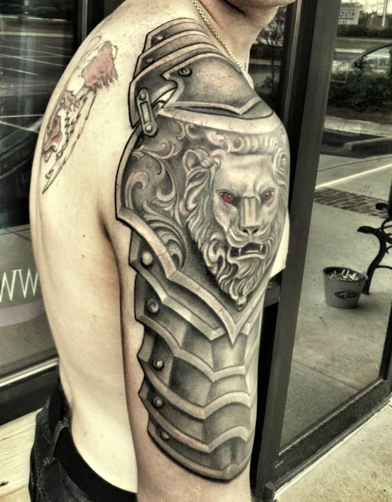 Pancerz Z Lwem Tatuaż Na Ramieniu