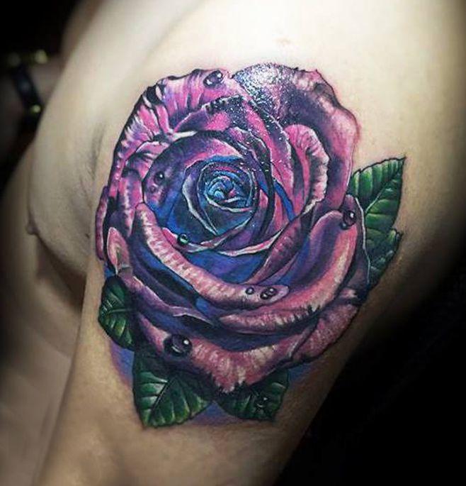 fioletowa róża tatuaż na żebrach