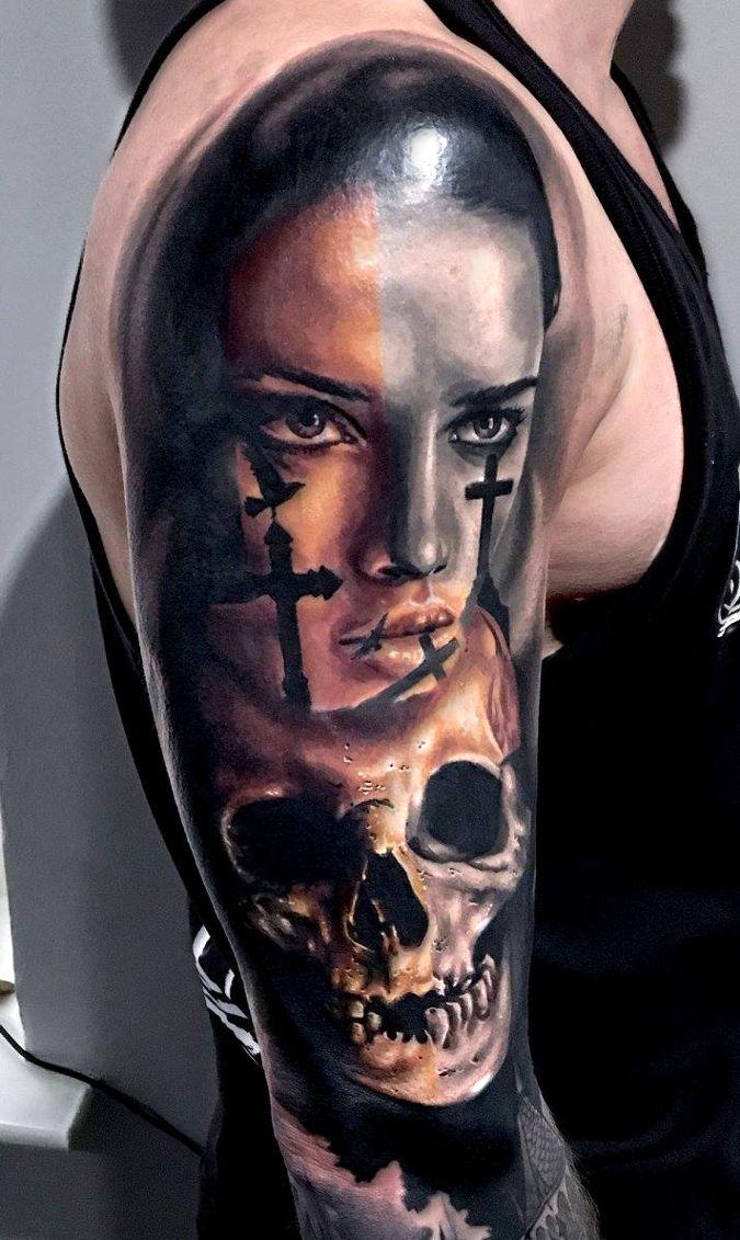 kobieta z tatuażami krzyżami i czaszka