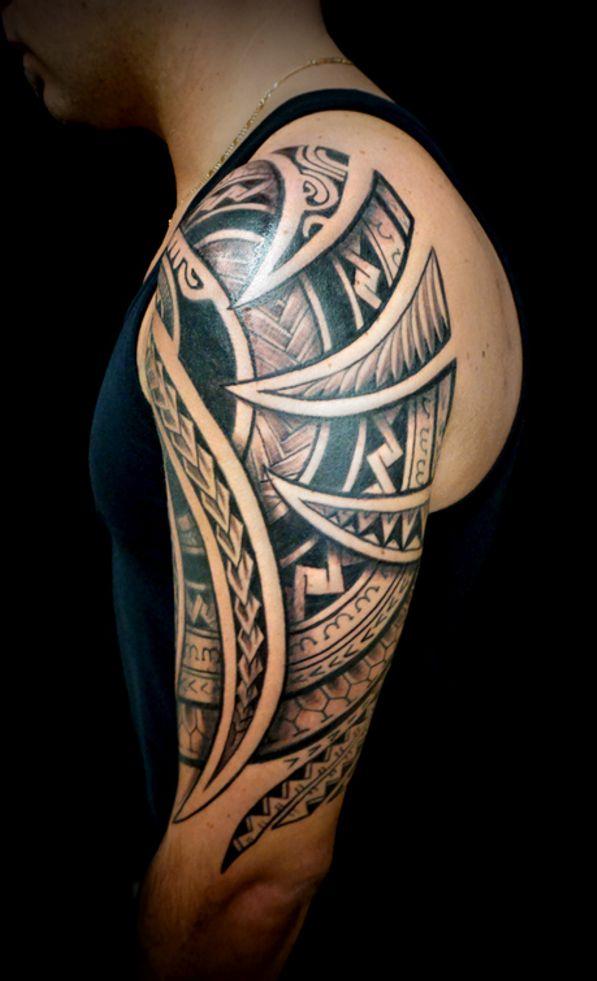plemienne tatuaże na ramieniu