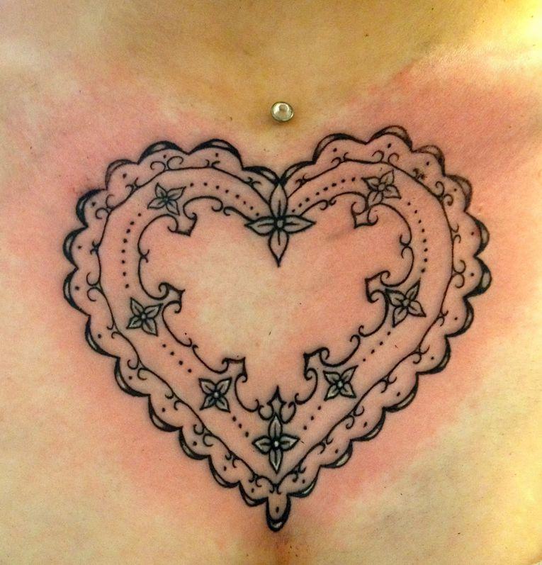 serce tatuażhenną na klatce piersiowej