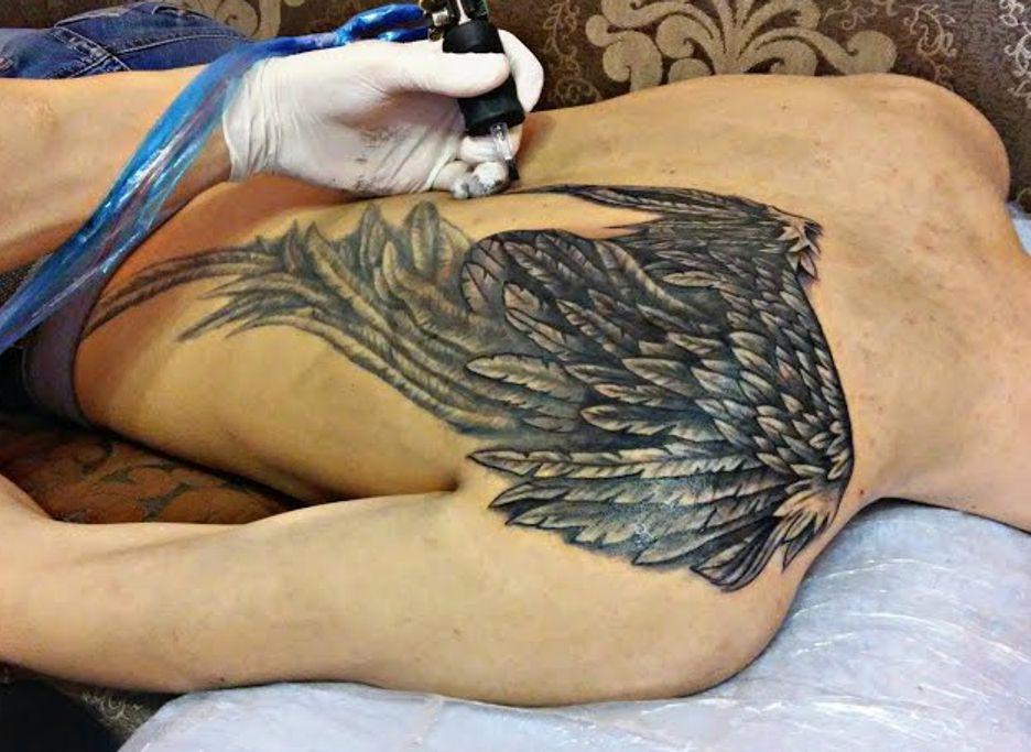 tatuowanie skrzydeł na plecach