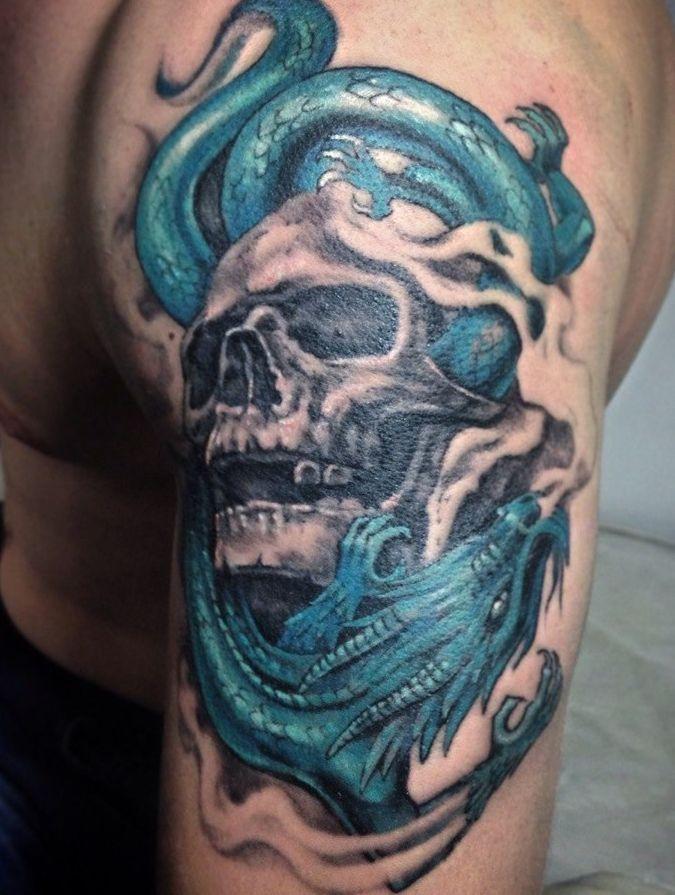 niebieski smok oplatający czaszkę